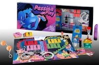 Caja y tablero de Passion sobre el que se exponen las tarjetas, fichas y demás juguetes incluidos.