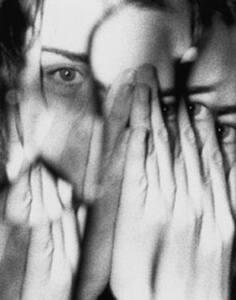 Representación del miedo mediante una imagen distorisionada de una mujer tapándose la cara con las manos