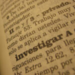 """Fotografía de la acepción de """"investigar"""" en un diccionario"""