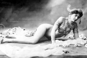 Mata Hari tumbada de lado mirando a cámara y con tan sólo un sujetador de pedrería