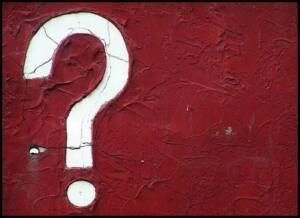 Pared roja con un signo de interrogación