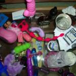 Foto de un cajón lleno de juguetes sexuales