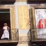 2 balcones, uno cerrado con el logotipo del Museo Erótico y el otro abierto con una actriz disfrazada de Marylin Monroe