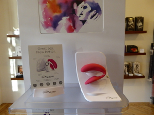 We Vibe 4 Plus rosa en la estantería de la tienda LolaToys