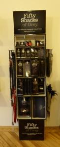 Estante con juguetes de la colección 50 Sombras de Grey: latigos, esposas, bolas...