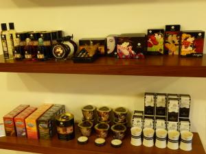Sección de productos de Shunga: velas, lubricantes, aceites corporales...