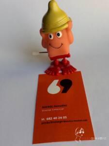 Muñeco a cuerda con forma de pene con un condon por sombrero