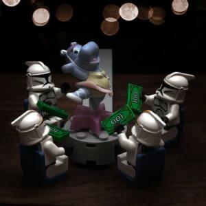 Soldados imperiales de lego en una mesa dando dinero a una hipopótoma morada que baila sobre ella