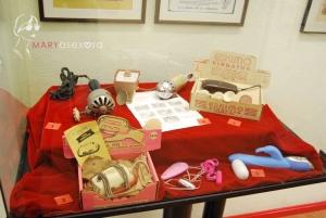 Vitrina del Museo Erótico de Barcelona en la que se expone uno de los primeros vibradores eléctricos y su evolución hasta llegar a los más modernos