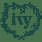 Logotipo de Ivy International: las palabras ivy dentro de un corazón hecho de flores