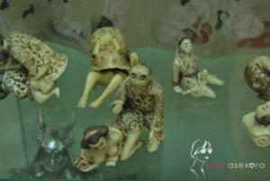 Figuritas orientales en la que un hombre está practicando sexo anal con una mujer