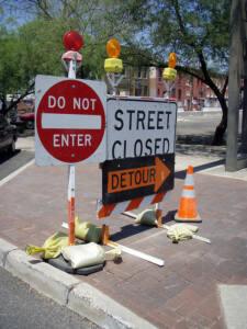 Señal de prohibido, calle cortada en mitad de una calle
