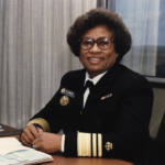Foto oficial de Joycelyn Elders de uniforme en su despacho.