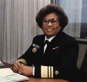 Foto oficial de Joycelyn Elders de uniforme en un despacho