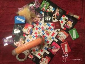Todas las tarjetas, juguetes, preservativo, lubricantes, plumero, etcétera del Fantasy Play distribuidos sobre el tablero de juego.