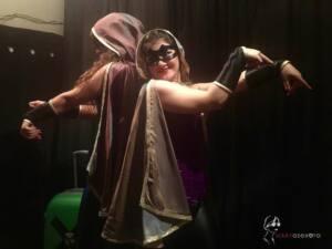 Chichy y Peny espalda contra espalda, con sus antifaces y sus capas con capucha