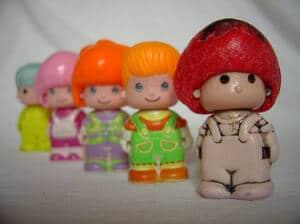 Cinco muñecos clásicos de pin y pon en fila