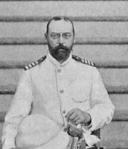 Foto de medio cuerpo, en blanco y negro de Valdemor con uniforme blanco