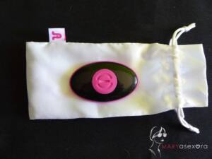 Mando boca abajo y en el centro del mismo se encuentra la rosca rosa que hay que abrir para introducir la pila