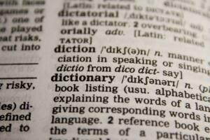 Página del diccionario con la definición de diccionario. Texto en inglés.