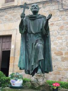 Estatua de San valentín. Figura con las manos alzadas y en una de ella lleva la cruz. La cabeza también está en su sitio.