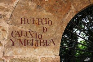 Inscripción al lado de la puerta de entrada a un huerto que dice: Huerto de Calixto y Melibea