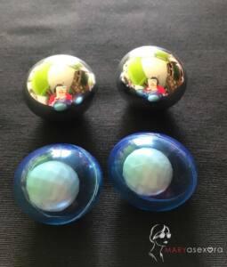 En la parte superior de la foto estñan las dos bolas de cromo y debajo las de color azul tranparente que permite ver la bola pequeña blanca que contiene
