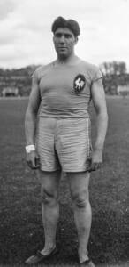 Foto del atleta Raoul Paoli con la ropa del equipo francés de atletismo