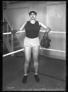 Foto de Violette Morris subida a un ring posando con los guantes en la mano
