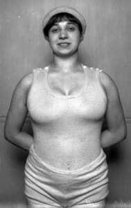Foto de Violette Morris de frente con camiseta de tirantes blanca