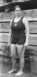Fotografía en blanco y negro de Violette de cuerpo entero en bañador