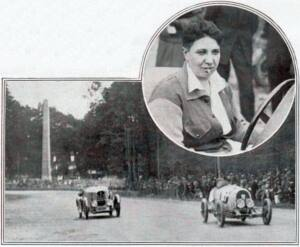 Recorte de periódico donde se muestra, arriba a la derecha en un círculo, a Violette Morris con un cigarrillo en la boca en un coche de carreras. Foto central muestra dos coche en carrera.