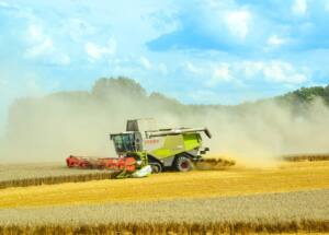 Tractor arando el campo y levantando polvareda