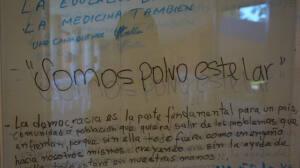 Frase escrita en negro sobre un cristal. Foto tomada en el Museo de Antropología de El Salvador
