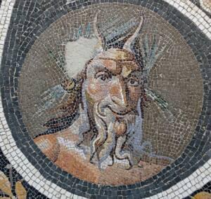 Mosaico en el que aparece Pan representado con dos cuernos y barba de chivo