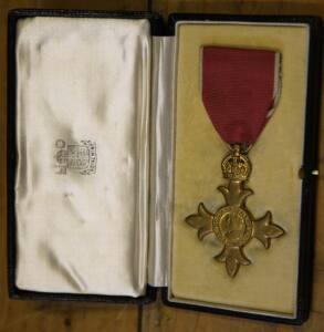 Medalla de la Orden del Imperio Británico en su estuche perteneciente a los archivos del colegio Sherborne
