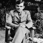 Foto donde se muestra a Alan Turing sentado en un banco