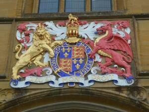 Escudo de armas de VI. Un león dorado y un dragón rojo que sostienen el escudo heráldico.