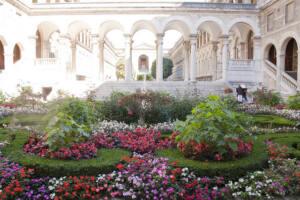 Jardín del patio interior, lleno de flores, del Hôtel-Dieu de Paris.