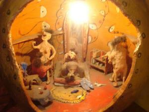 Figuritas dentro de un jarrón realizando felaciones y manteniendo sexo anal. Del museo del sexo de París.