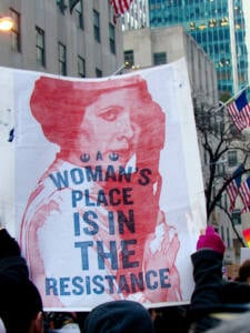 Pancarta en New York con la imagen impresa de la princesa Leia y el eslogan: woman's place is in the resistance