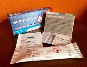 Contenido de la caja del test de autodiagnóstico del VIH: Caja, gasa, folleto de instrucciones, toallita desinfectante y envase con la prueba.