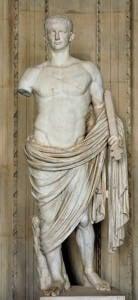 Estatua en mármol blanco de cuerpo entero del Emperador Claudio. En la mano izquierda porta una espada y la derecha la tiene partida. El torso se muestra desnudo y está tapado de cintura para abajo.