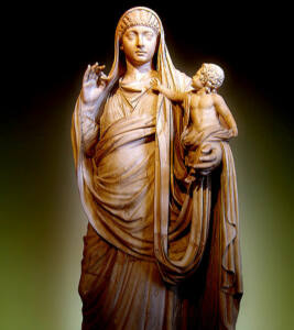 Estatua de Mesalina con su hijo Británico en brazos