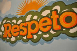 Mural con la palabra respeto pintada en rojo