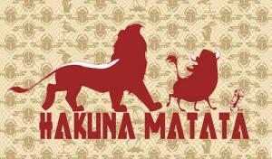 Cartel con el perfil del Rey León y Pumba con la frase: Hakuna Matata
