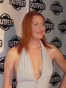 Calpernia Addam en la entrega de los premios Outfest Legacy de 2009 con vestido blanco