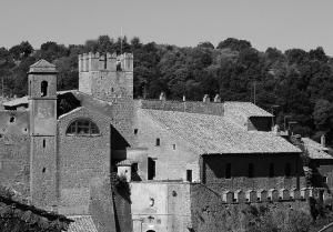 Foto en blanco y negro de una parte amurallada de Calcata.