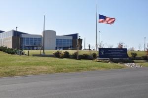 Bandera a media asta en la sede de la 101 Aerotransportable de Fort Cambell