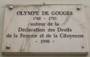 Placa con el año de nacimiento y muerte de Olympe, autora de la Declaración de los derechos de la mujer y de la ciudadana. Colocada en la Rue Servandoni de París donde residió.